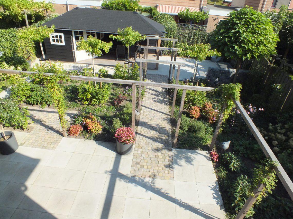 Romantische tuin met pergola en tuinhuis (10)