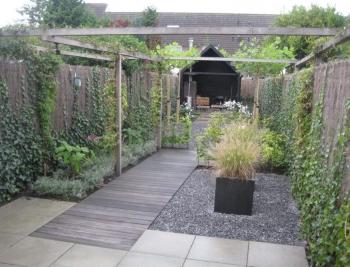 Stadstuin met veranda, pergola en houten vlonder (1)