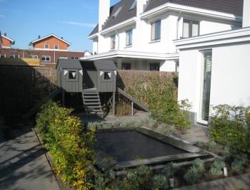 Strakke tuin met speelelementen (3)